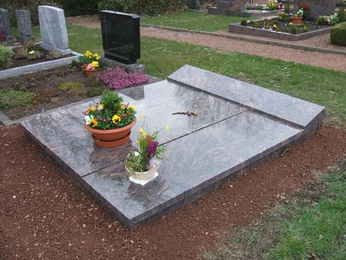 grabmale einzelgrabsteine grabsteine naturfelsen urnengrab. Black Bedroom Furniture Sets. Home Design Ideas